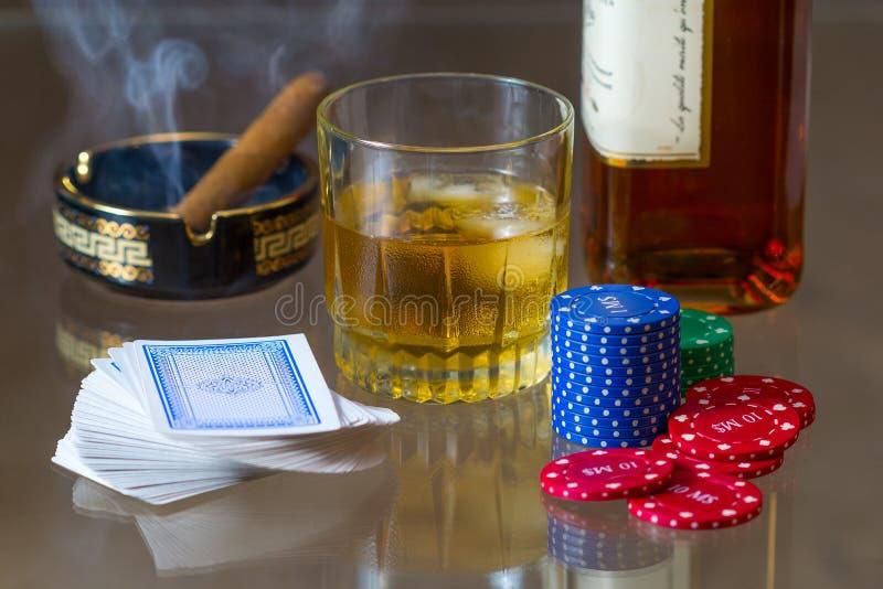 Kort, tecken, whisky och cigarr royaltyfri fotografi
