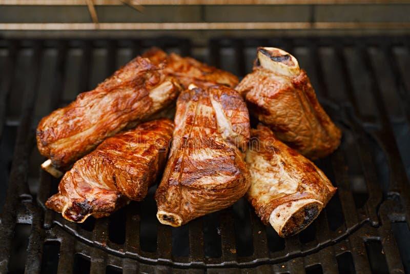 Korta stöd för nötkött på bbq-flammagaller royaltyfria bilder