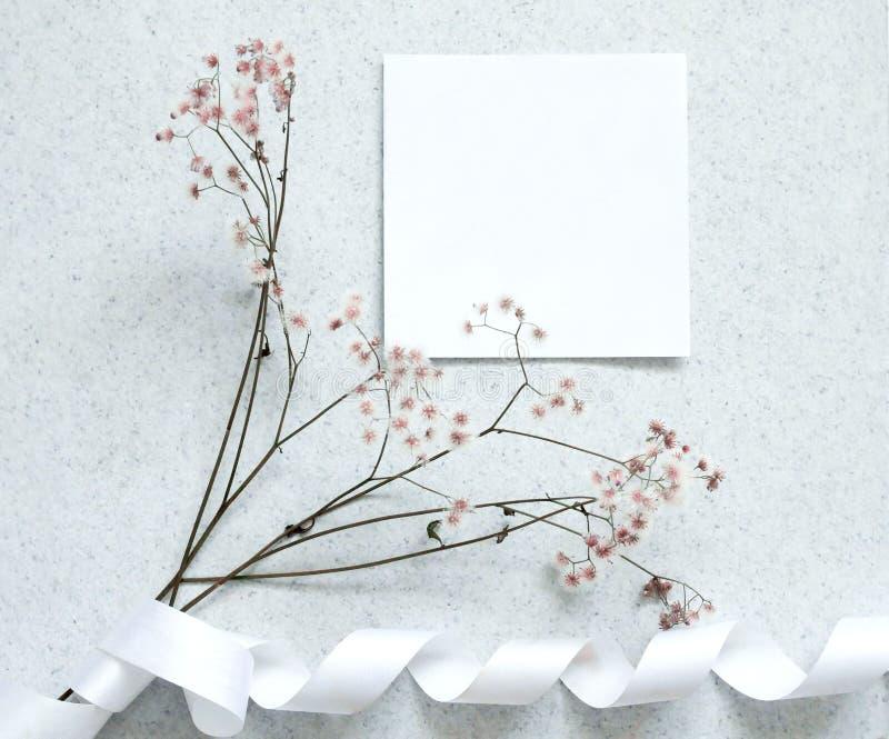 Kortanmärkning med blomman arkivfoto