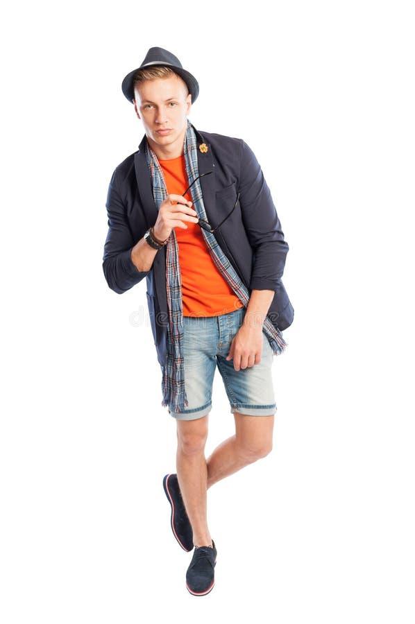 Korte jeans en elegant kostuumjasje met sjaal en hoed stock afbeelding