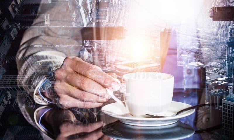 Korte koffiepauze en terug naar het werk royalty-vrije stock afbeeldingen