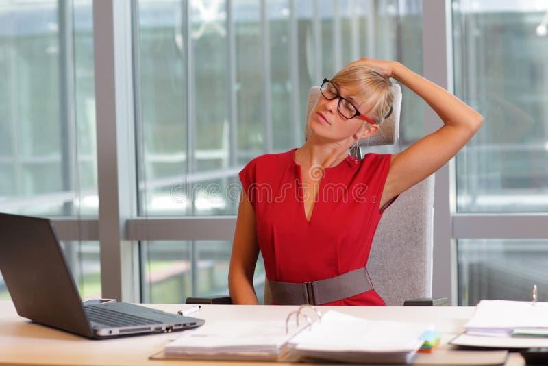 Korte onderbreking voor oefening op stoel in bureau stock foto