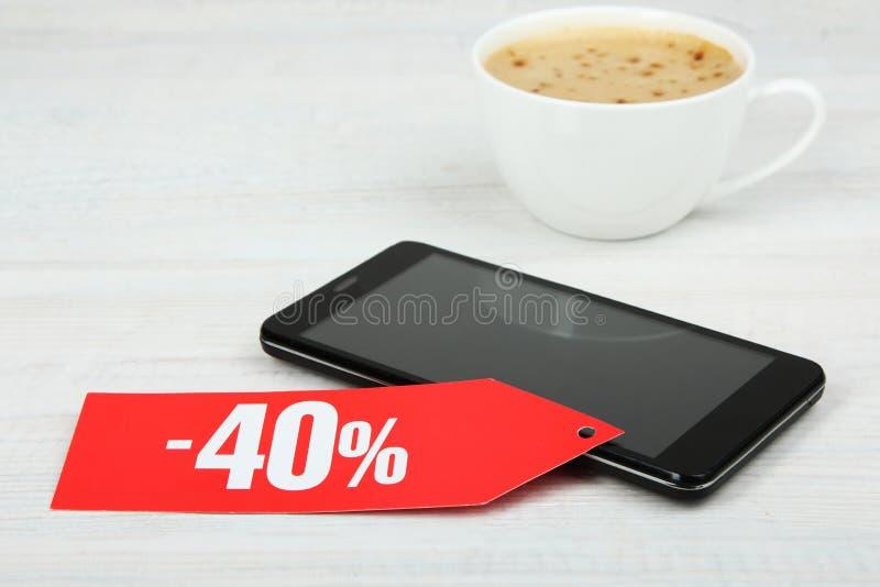 Korting van veertig percenten, smartphone en koffie stock afbeelding