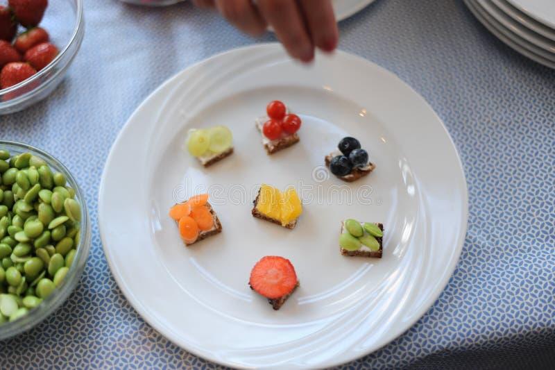Kortkortet bakar ihop med bärmousse, karamell och nya bär savory mat arkivbild