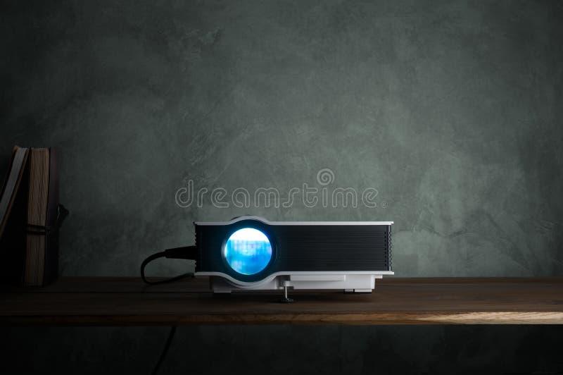 kortkortet ledde projektorn på den wood tabellen i en theate för rumprojektorhem arkivfoton