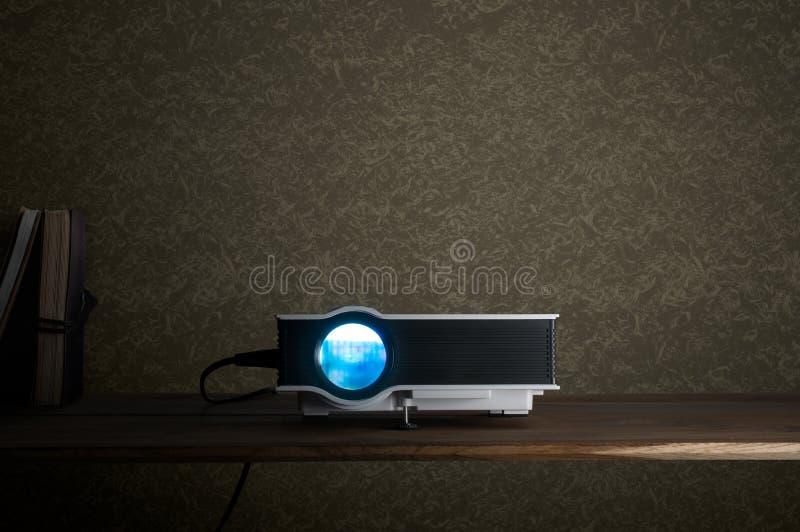 kortkortet ledde projektorn på den wood tabellen i en theate för rumprojektorhem fotografering för bildbyråer