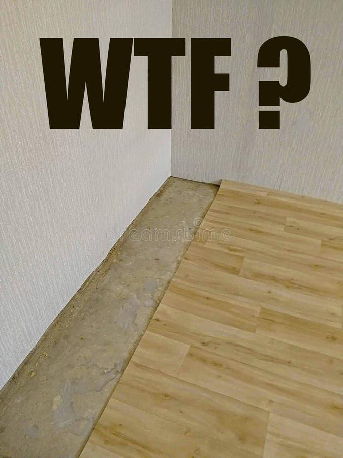 Kortslutning på golvet och linoleet som inte riktigt inte i storlek klipps, bredvid inskriften WTF royaltyfri bild