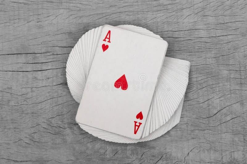 Kortspel med överdängaren av hjärtadetaljen Svart bakgrund arkivbild