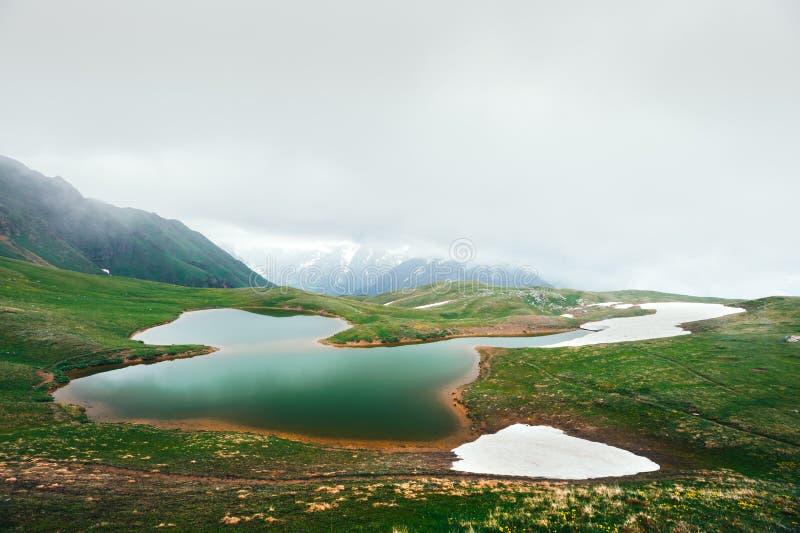 Koruldi sjöKaukasus berg på sommartid royaltyfri fotografi