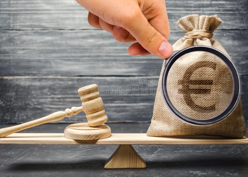 Korupcja w prawodawczych i sądowych procesach brudnych pieniędzy Bezprawny robić fundusze Bezprawni źródła finansowanie monitorow zdjęcie royalty free