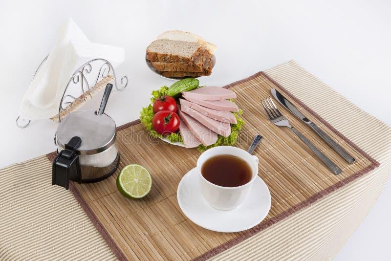 Korven kokade med gräsplaner, tomater och gurkor Tjänat som med svart eller vitt bröd Denna är en bra frukost i början av royaltyfria bilder
