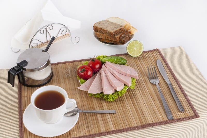 Korven kokade med gräsplaner, tomater och gurkor Tjänat som med svart eller vitt bröd Denna är en bra frukost i början av royaltyfri bild