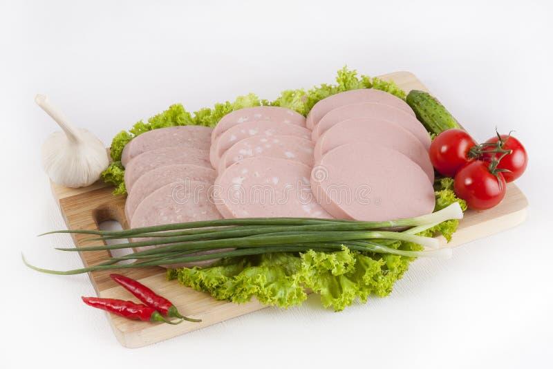 Korven kokade med gräsplaner, tomater och gurkor Tjänat som med svart eller vitt bröd Denna är en bra frukost i början av arkivfoton
