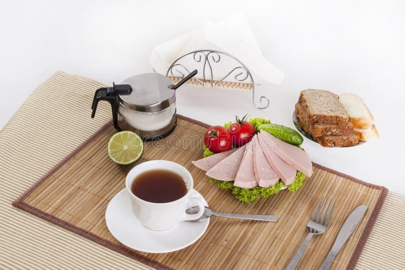 Korven kokade med gräsplaner, tomater och gurkor Tjänat som med svart eller vitt bröd Denna är en bra frukost i början av royaltyfria foton