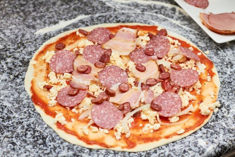 Korvskivor på pizzabas fotografering för bildbyråer