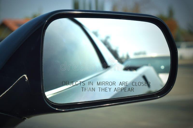Korwety strony lustro z słowami, przedmioty w lustrze jest zamknięty niż pojawiać się zdjęcie stock