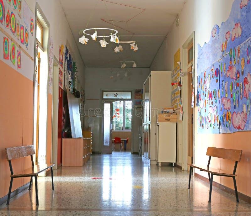 Korytarz atrium dzieciniec z rysunkami fotografia stock