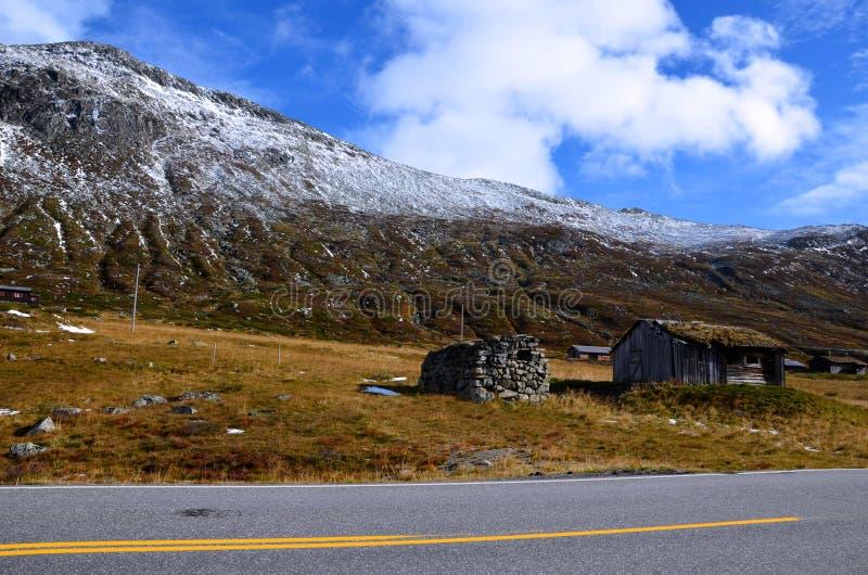 Korytarz norweski ze starą chatą pod górą fotografia stock
