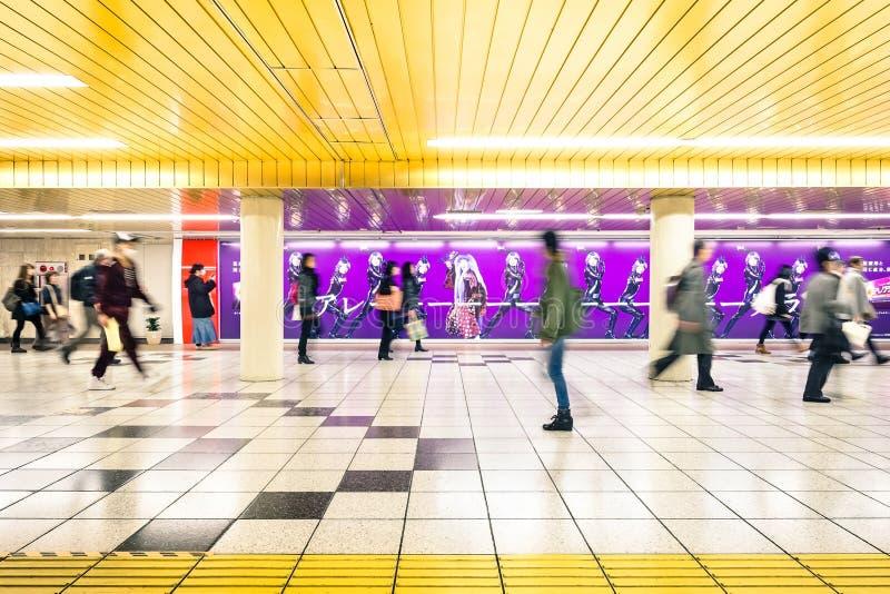 Korytarz przy podziemnym terenem w Shinjuku staci metru w Tokio obraz stock