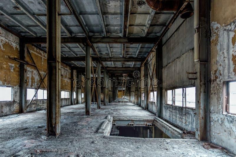 Korytarz stary rujnujący zaniechany przemysłowy budynek zdjęcia stock