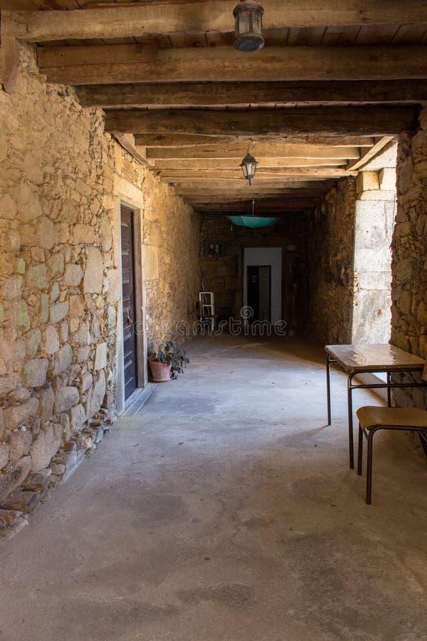 Korytarz w średniowiecznym domu z drewnianymi promieniami na suficie Antyczny kamienny budynek wśrodku zdjęcia stock