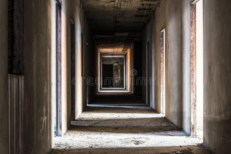 Korytarz w zaniechanym budynku zdjęcia royalty free