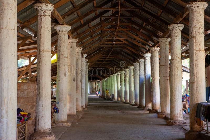 Korytarz z kolumnami i pamiątką opóźnia prowadzić wierzchołek Shwe Indein, Inle jezioro, shanu stan, Myanmar obraz stock