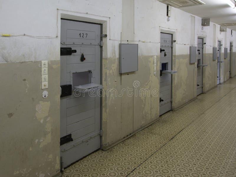 Korytarz z komórek drzwiami w Stasi więzieniu, Berlin obrazy royalty free
