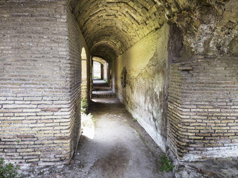 Korytarze starożytnych Rzymskich budynków w wykopaliskach archeologicznych w Ostii Antica, łuki i sufity ze stukotami i obraz royalty free