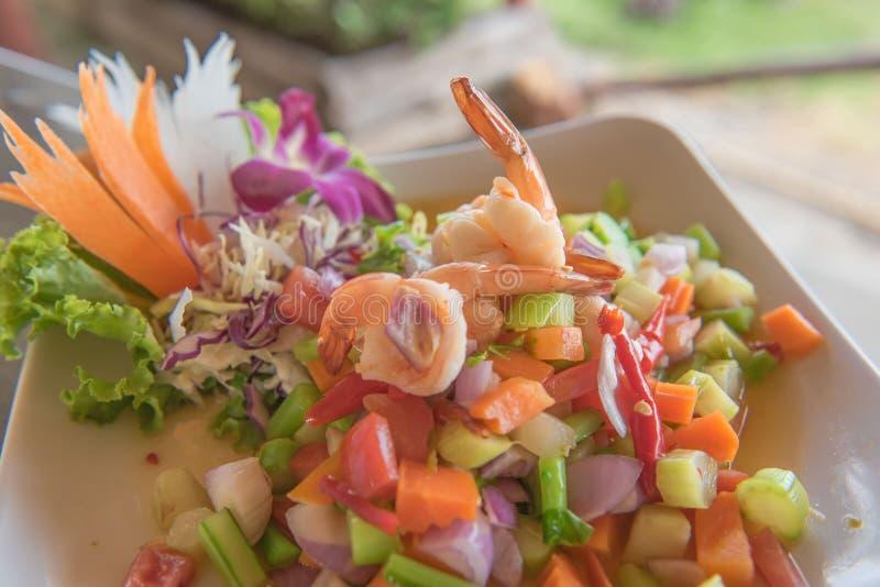 Korzenna garnela i mieszanki jarzynowa sałatka, tajlandzki jedzenie zdjęcie royalty free