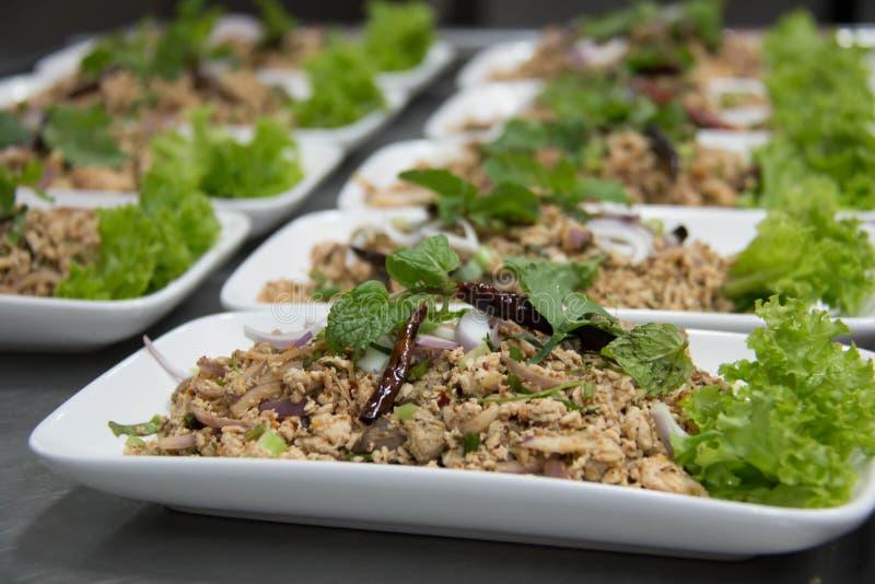 Korzenna minced wieprzowiny sałatka z wysuszonym chili i garnirująca z minutą fotografia stock