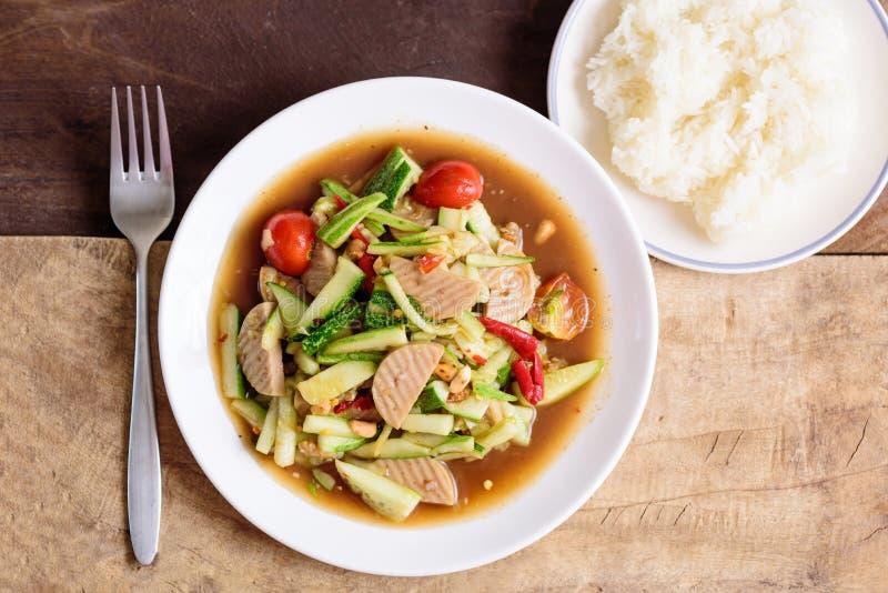 Korzenna ogórkowa sałatka i kleiści ryż, Tajlandzki jedzenie zdjęcie royalty free
