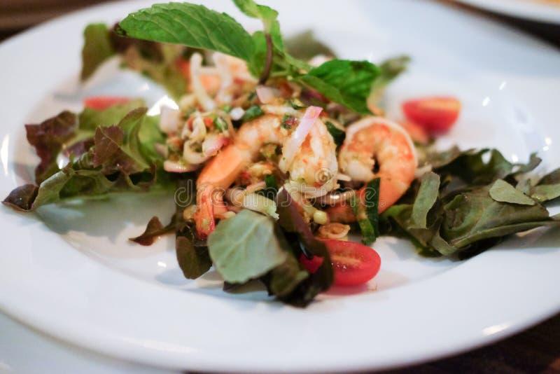 Korzenna owoce morza sałatka z mieszanym warzywem i ziele fotografia royalty free