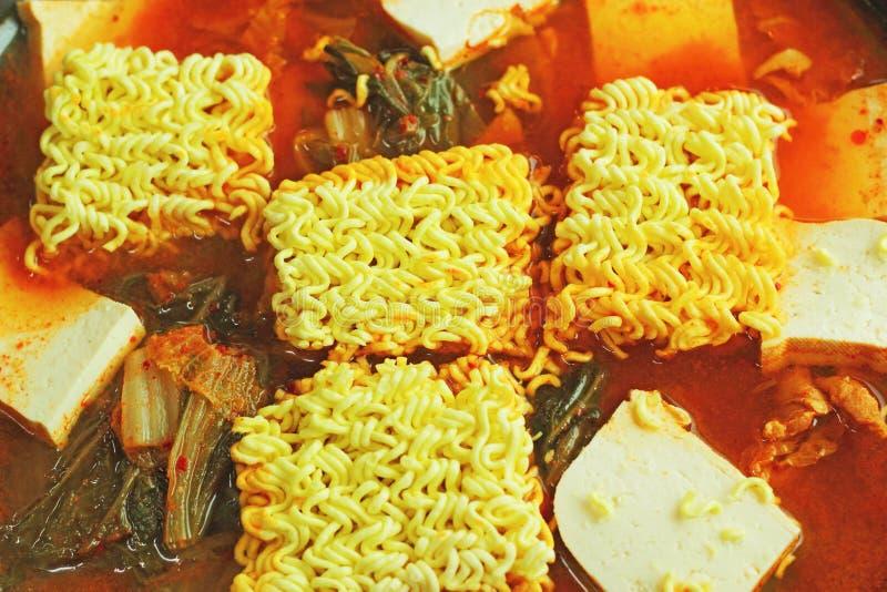Korzennego zupnego kimchi gorący garnek stawia kluski. Koreański jedzenie. zdjęcia royalty free
