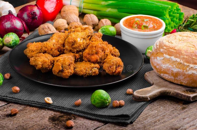 Korzenni breaded kurczaków skrzydła z domowej roboty chlebem zdjęcie stock