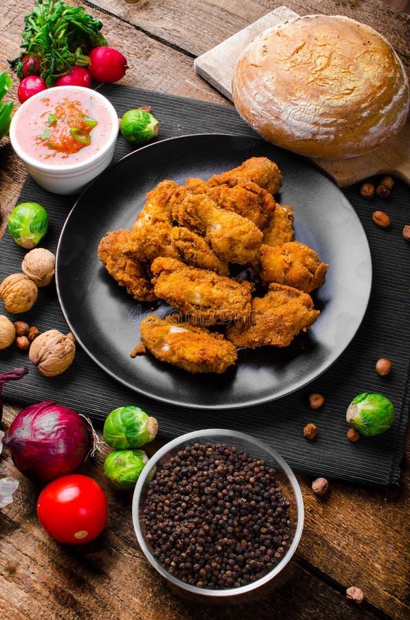 Korzenni breaded kurczaków skrzydła z domowej roboty chlebem obraz royalty free
