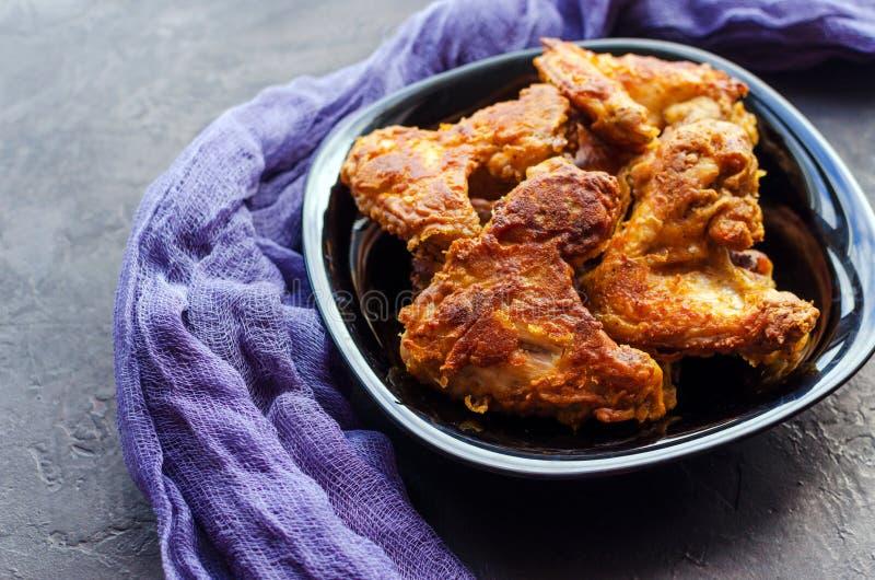 Korzenni Głęboko Smażący Breaded kurczaków skrzydła na zmroku drylują tło fotografia royalty free