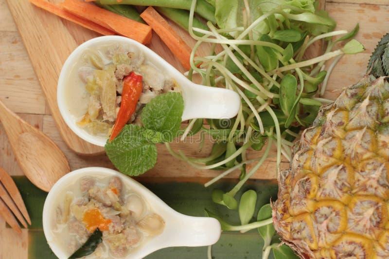 Korzenny gotuje ananasa z wieprzowiną i warzywami obrazy stock
