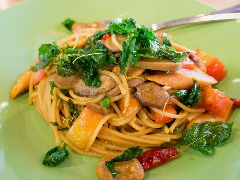 Korzenny spaghetti z kiełbasami obraz royalty free