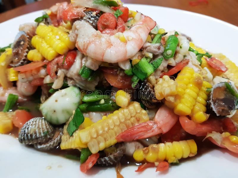 Korzenny tajlandzki mieszanki owoce morza i warzywo sałatka zdjęcia royalty free