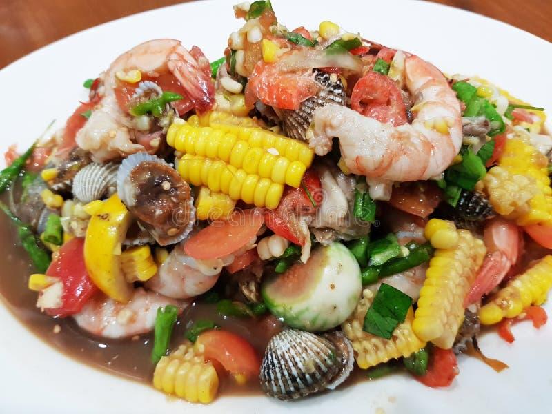 Korzenny tajlandzki mieszanki owoce morza i warzywo sałatka fotografia royalty free