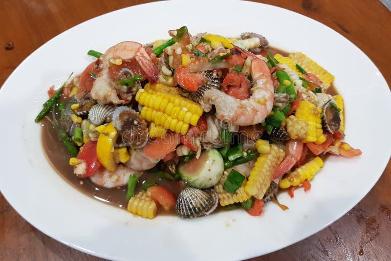 Korzenny tajlandzki mieszanki owoce morza i warzywo sałatka zdjęcie stock