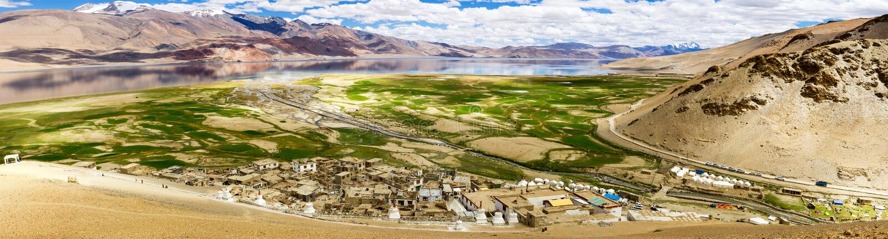 Korzok-Dorf und Kloster- und Tsomoriri Himalajasee lizenzfreie stockfotos