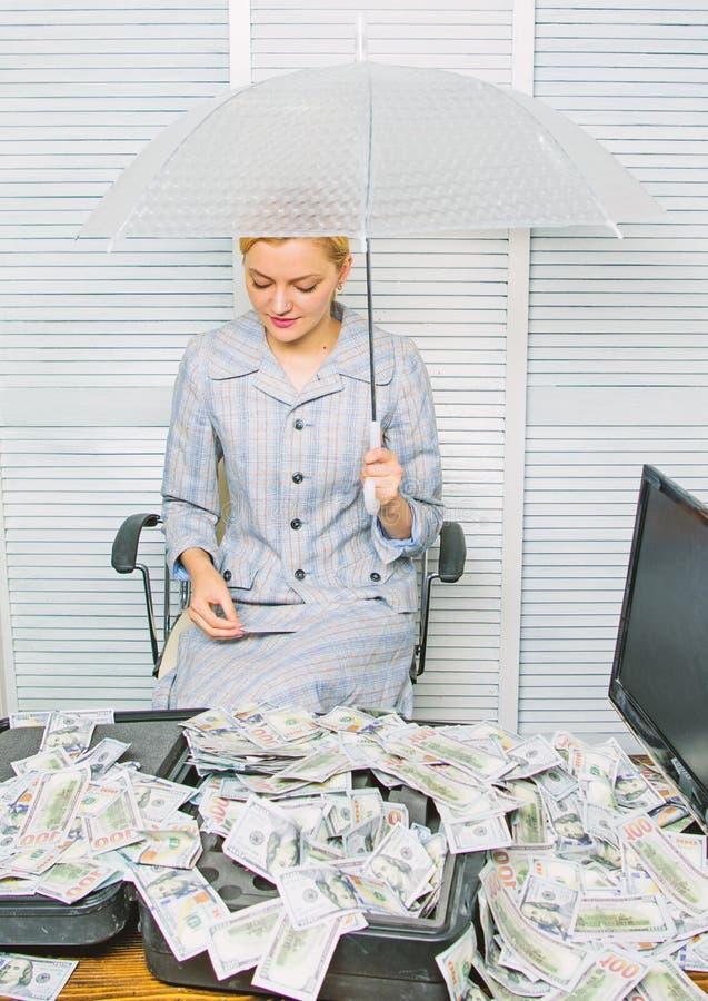 Korzystnie warunku poj?cie Kobieta ksi?gowy pod parasolem lub Bogactwo i zysk dolary pieni??nych dziewczyny chwyt?w jucznego przy obrazy royalty free