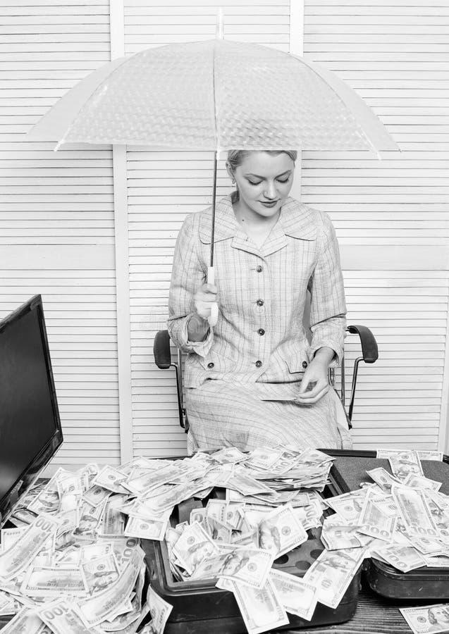 Korzystnie warunku poj?cie Kobieta ksi?gowy pod parasolem lub Bogactwo i zysk dolary pieni??nych dziewczyny chwyt?w jucznego przy fotografia royalty free