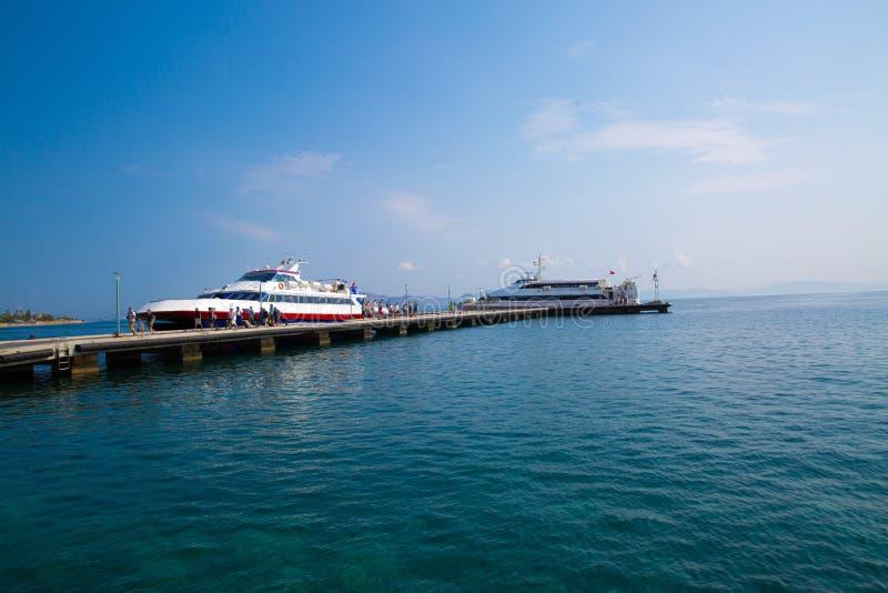 Kos,希腊- 2018年7月27日 Kos海岛与小船和大船的港口口岸 巡航旅游大船和小游轮 库存照片