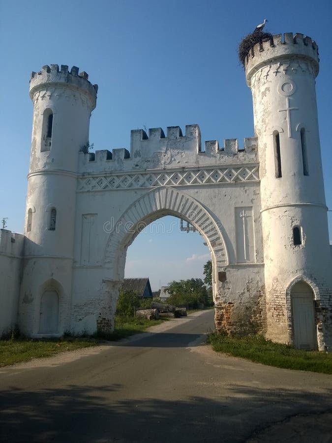 Kosava城堡的城堡门在村庄Beloozersk老沙子附近的 库存图片
