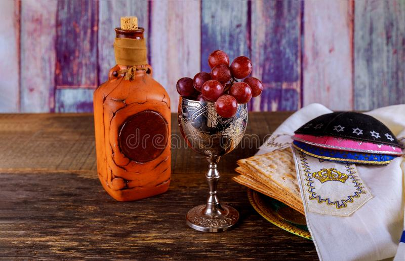 Kosher κρασί γυαλιών Passover και matzoh εβραϊκό ψωμί διακοπών πέρα από τον ξύλινο πίνακα στοκ εικόνα