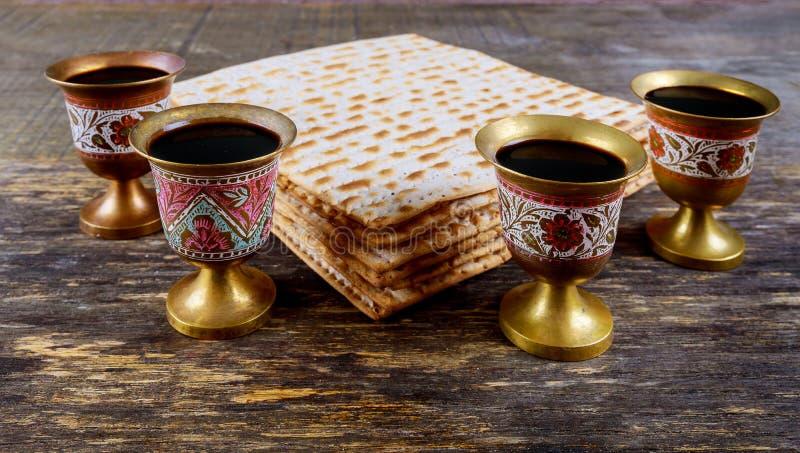 Kosher τεσσάρων γυαλιών κρασιού διακοπών matzoth ψωμί passover εορτασμού matzoh εβραϊκό στοκ εικόνες