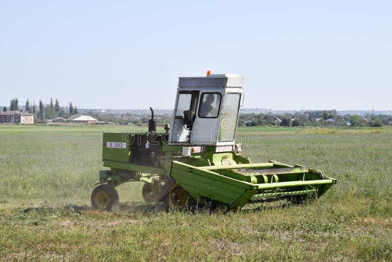 Kosiarz w polu kosi trawy dla siana zdjęcia royalty free
